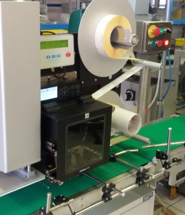 linea-di-produzione-con-sistema-di-automazione-di-etichettatura